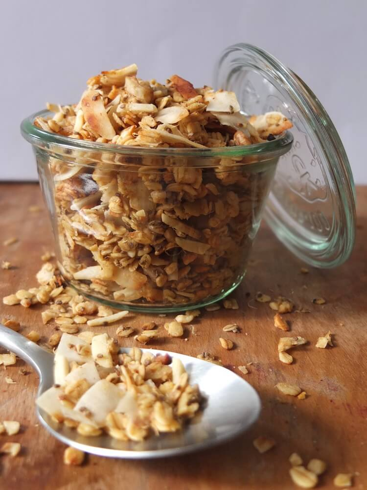 Paleo Knuspermüsli (Kokos-Nuss-Granola) - La Crema Patisserie Foodblog Backblog
