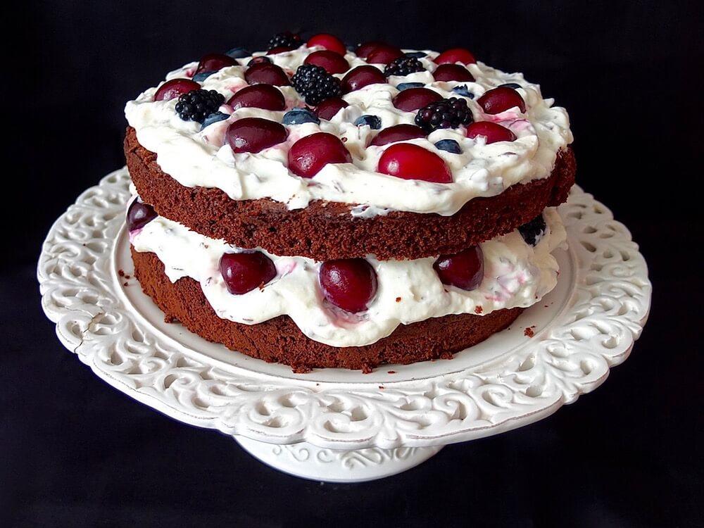 Zubereitung Schoko-Stracciatella-Torte mit Kirschen und Beeren - La Crema Patisserie Foodblog Backblog