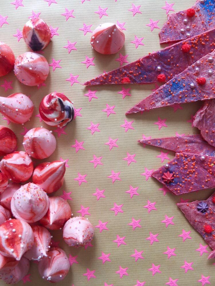 Deko für Erdbeer-Basilikum-Torte: Baiserdrops und Schokosplitter - La Crema Patisserie Foodblog Backblog