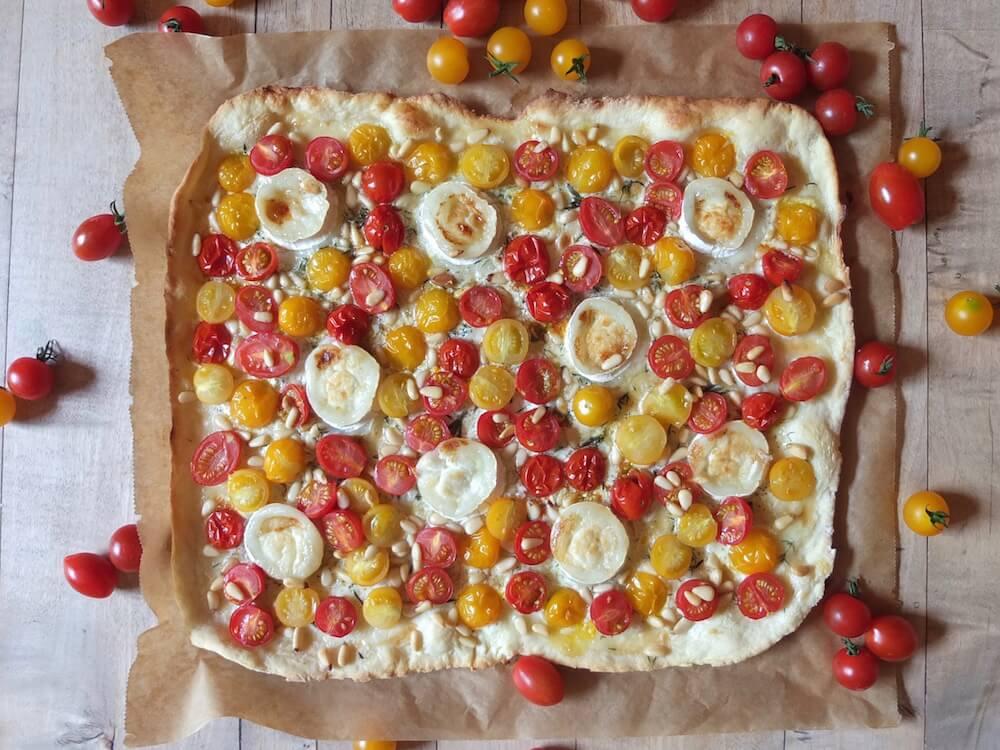 Tomaten-Ziegenkäse-Flammkuchen mit Pinienkernen und Thymian - La Crema Patisserie Foodblog Backblog