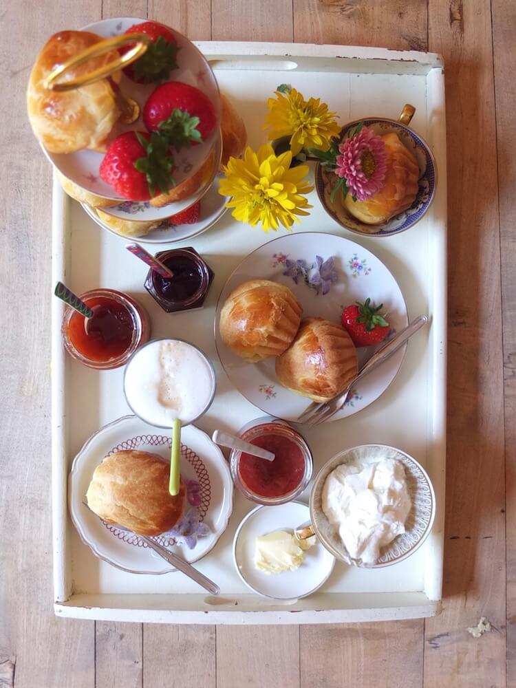Frühstückstablett mit frischen Brioches - La Crema Patisserie Foodblog Backblog