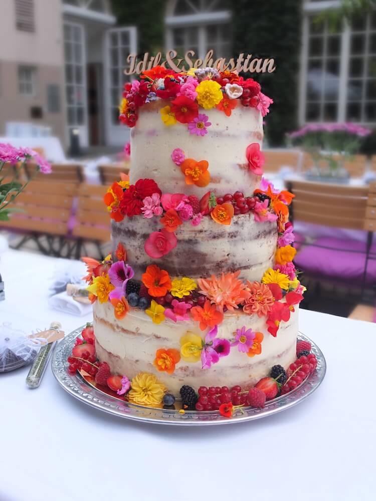 Semi naked Hochzeitstorte mit essbaren Blüten - La Crema Patisserie Foodblog Backblog