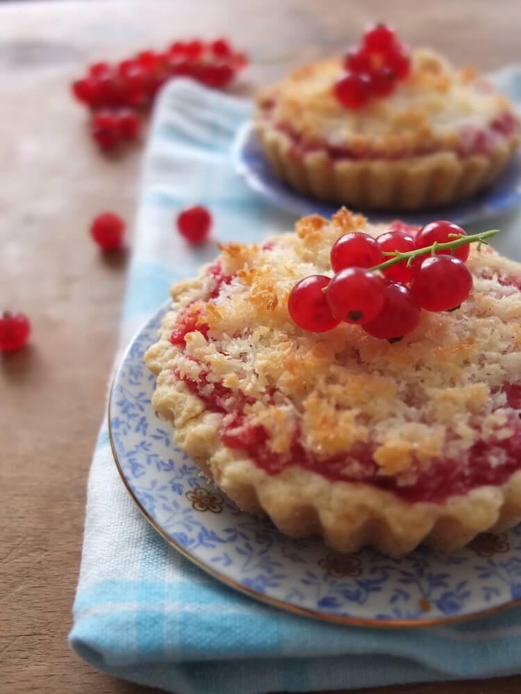 Johannisbeer-Kokos-Tartelettes - La Crema Patisserie Foodblog Backblog