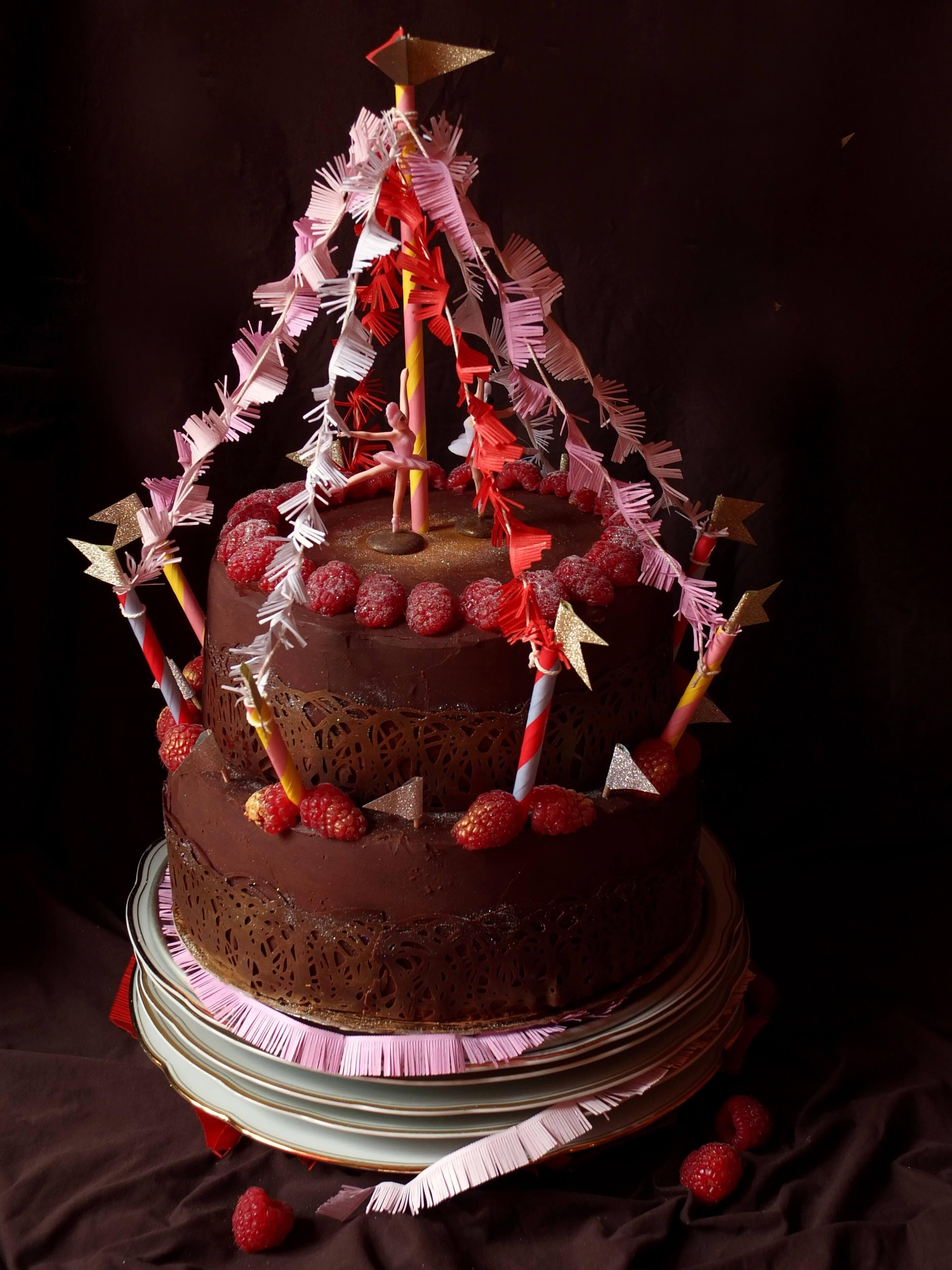 Zirkustorte mit Brownieböden, Waldbeermousse und Ganache - La Crema Patisserie Foodblog Backblog