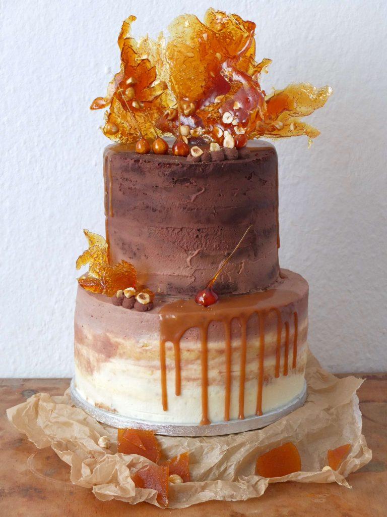 Semi-naked Ombre Schoko-Karamell-Torte mit gerösteten Haselnüssen | Rezept