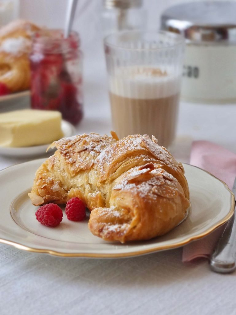 Rezept für Mandel Croissants | Blitzblätterteig selber machen