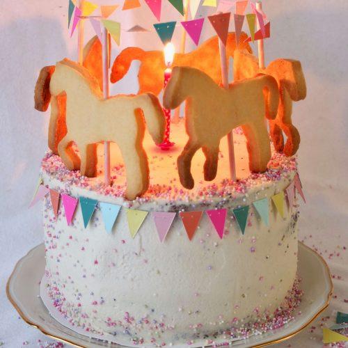 Karussell Torte mit Pferden | Mohntorte mit Pfirsich-Mascarpone-Füllung | Rezept