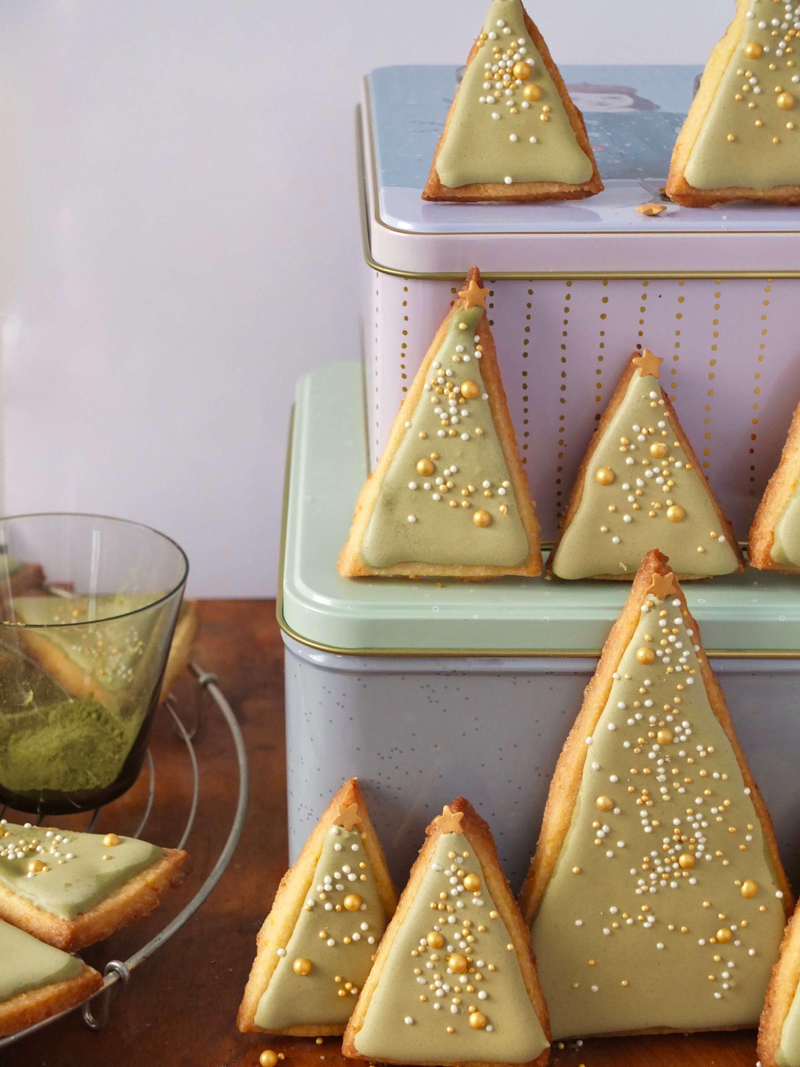 Weihnachtliche Tannenbaum-Plätzchen | Orangen-Plätzchen mit Matcha-Glasur | Rezept