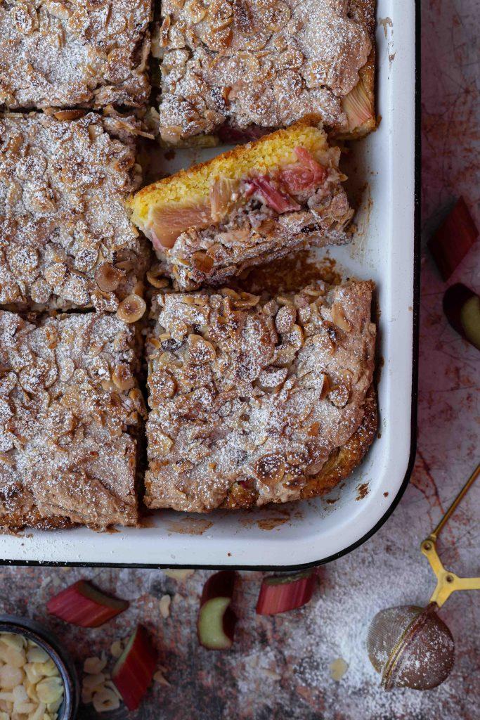 Rhabarberkuchen mit Nussbaiser | Rezept