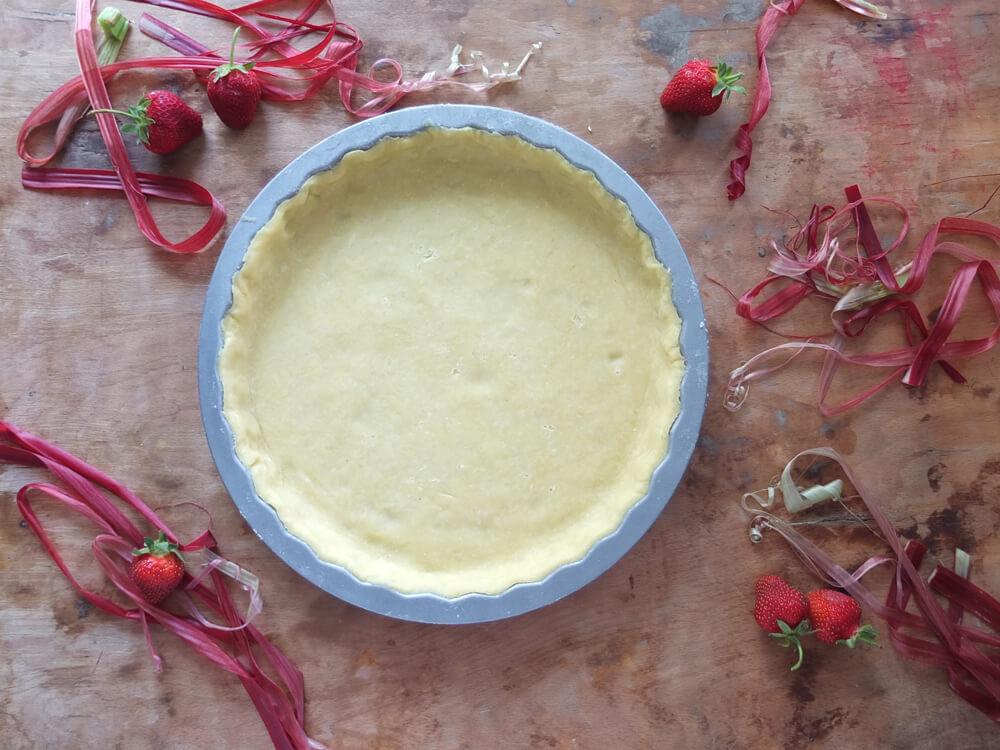 Zubereitung Erdbeer-Rhabarber-Tarte / Rosengarten - La Crema Patisserie Foodblog Backblog