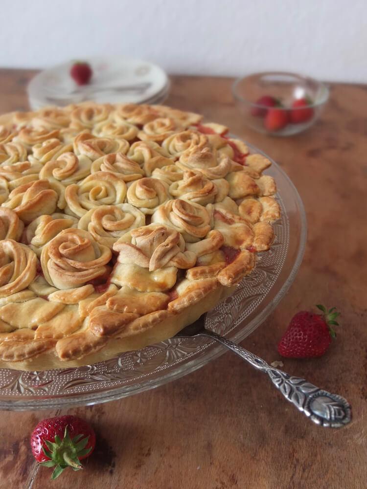 Erdbeer-Rhabarber-Tarte / Rosengarten - La Crema Patisserie Foodblog Backblog