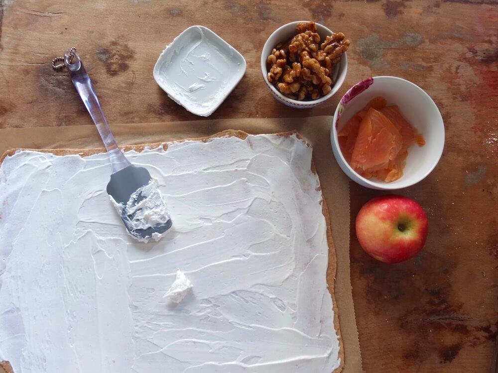 Zubereitung Flammkuchen mit Räucherlachs und Ziegenfrischkäse - La Crema Patisserie Foodblog Backblog