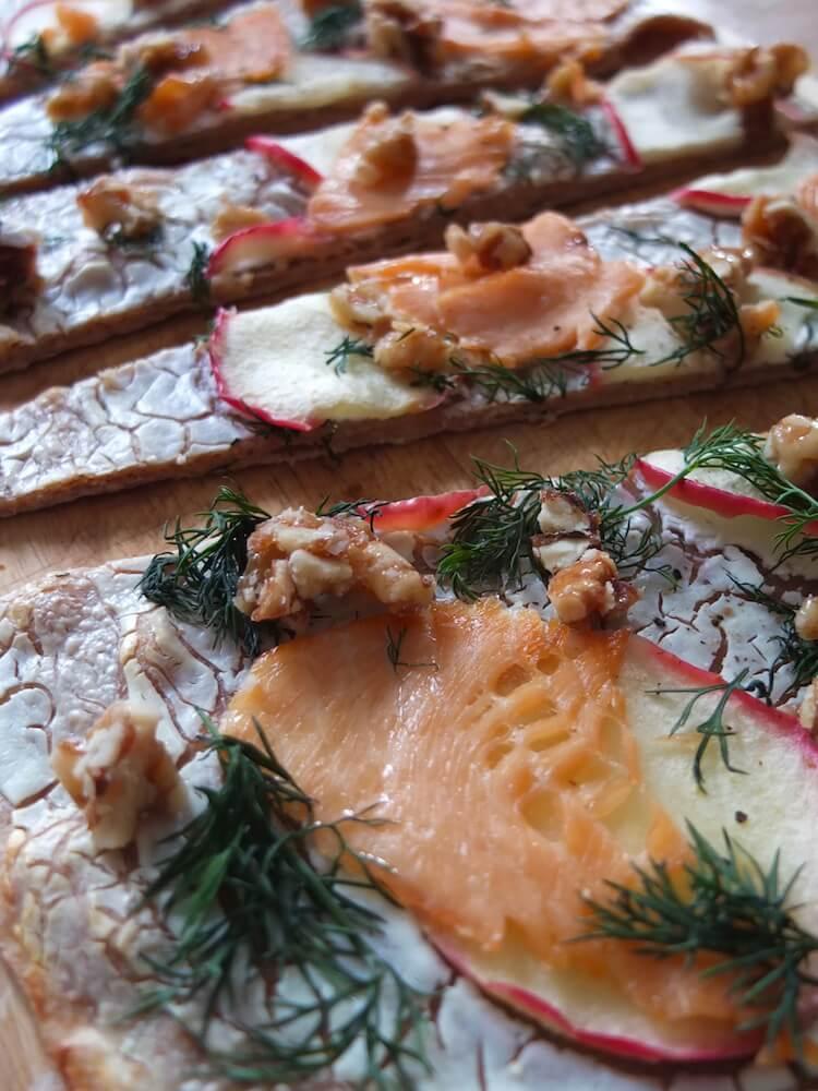 Flammkuchen mit Räucherlachs und Ziegenfrischkäse - La Crema Patisserie Foodblog Backblog