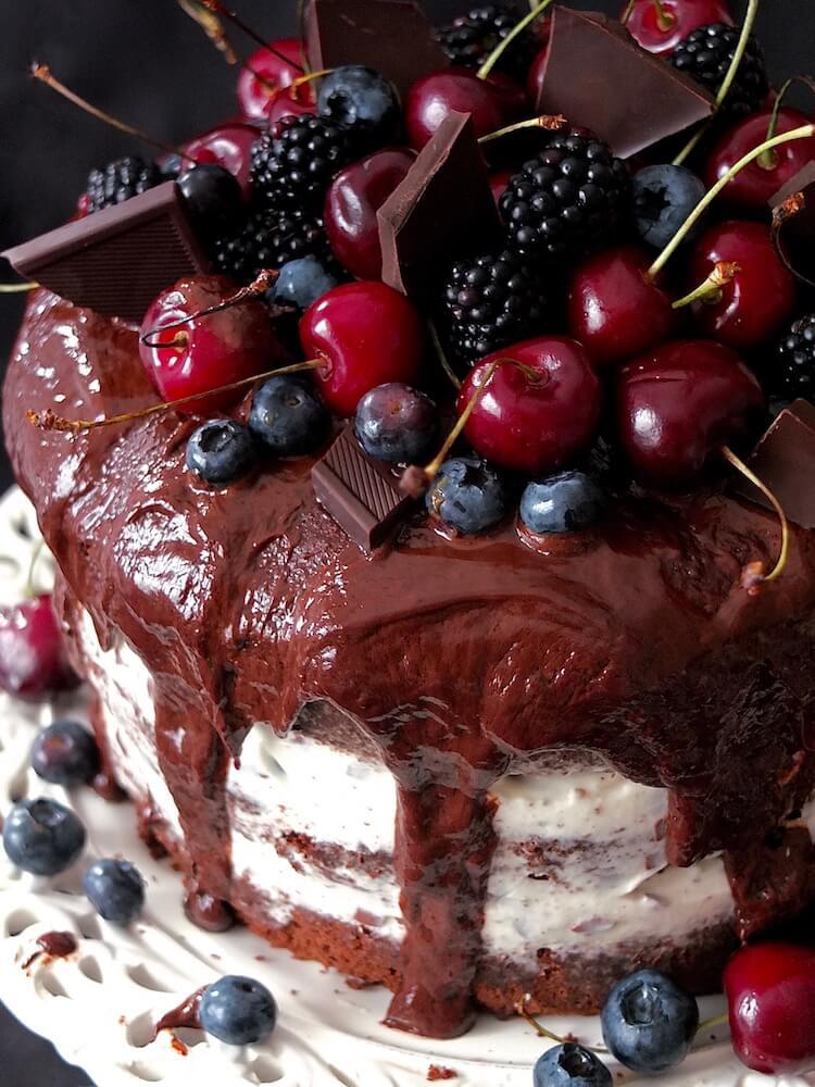 Schoko-Stracciatella-Torte mit Kirschen und Beeren - La Crema Patisserie Foodblog Backblog