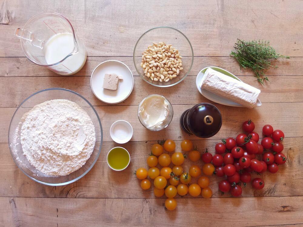 Zutaten Tomaten-Ziegenkäse-Flammkuchen mit Pinienkernen und Thymian - La Crema Patisserie Foodblog Backblog