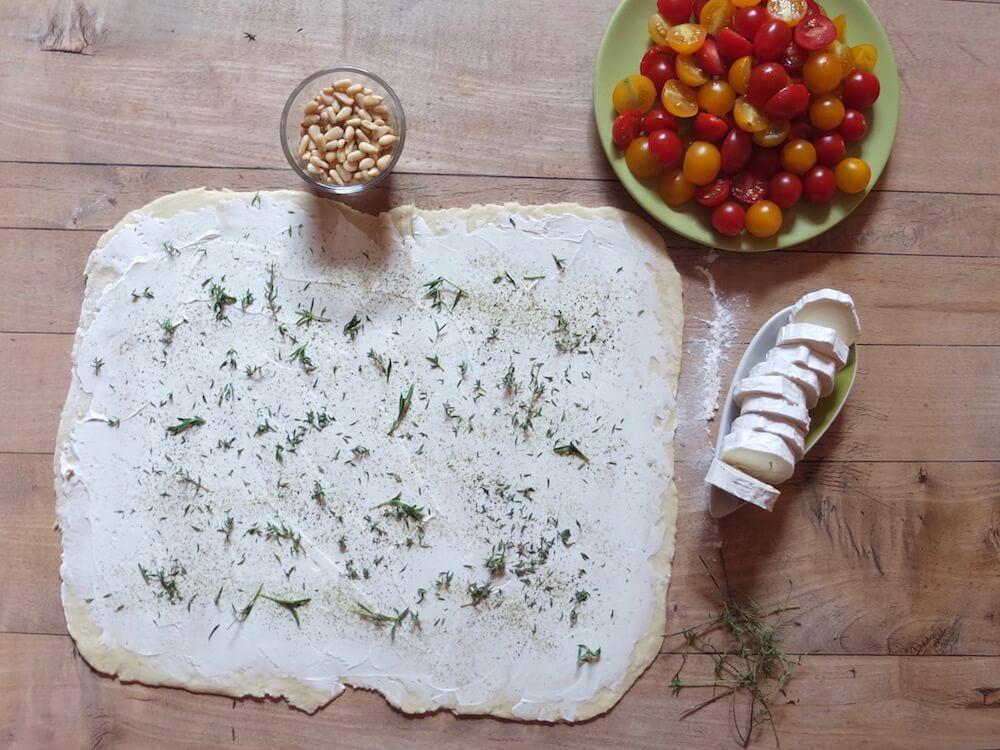 Zubereitung Tomaten-Ziegenkäse-Flammkuchen mit Pinienkernen und Thymian - La Crema Patisserie Foodblog Backblog