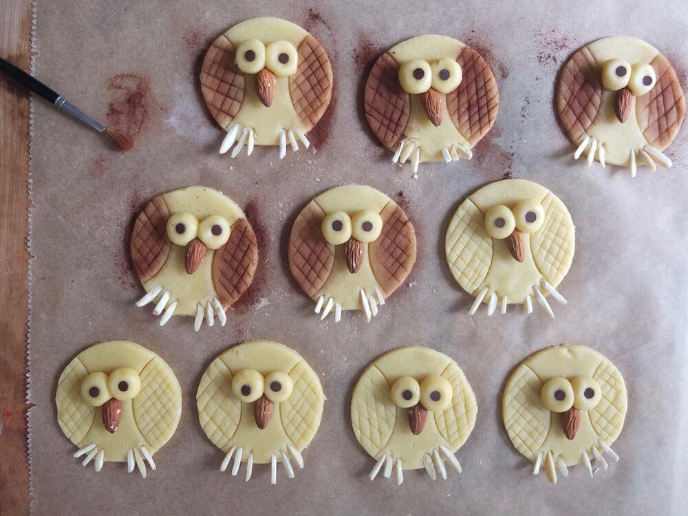 Zubereitung Eulenkekse am Stiel   Owl Cookie Pops - La Crema Patisserie Fooblog Backblog