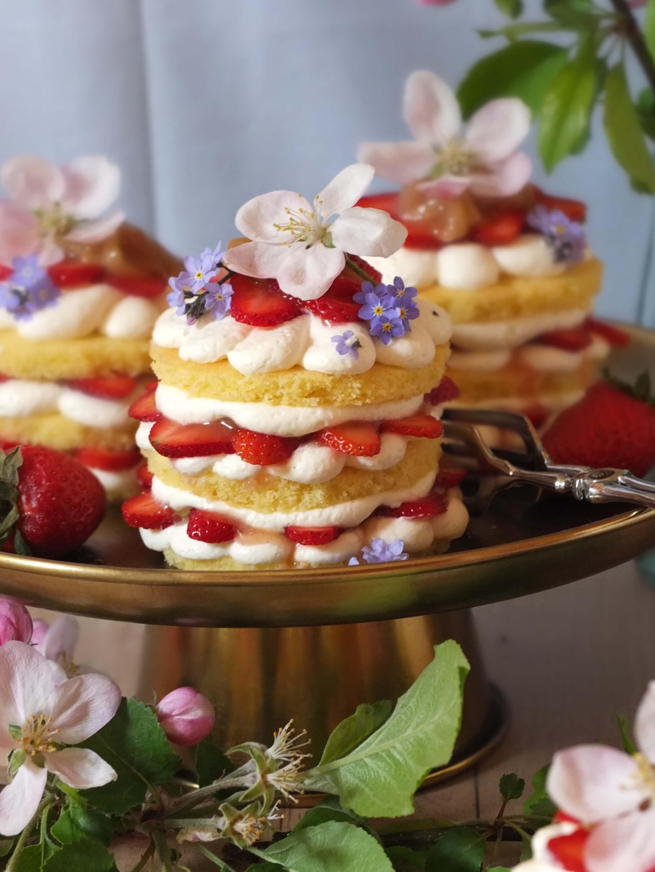 Erdbeer-Rhabarber-Törtchen | La Crema Patisserie Food- und Backblog