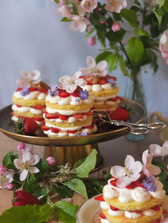 Erdbeer-Rhabarber-Törtchen   La Crema Patisserie Food- und Backblog