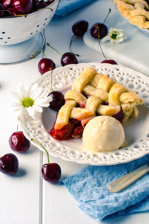 Michigan Cherry Pie mit weißem Schokoladen-Tonkabohneneis | Rezept
