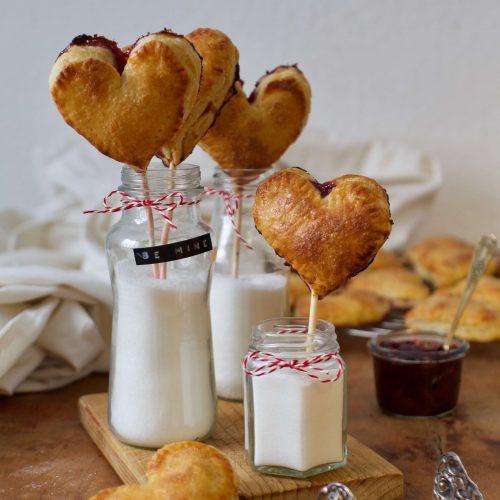 Herzige Hand Pie Pops | Rezept für Mini Herz Pies am Stiel