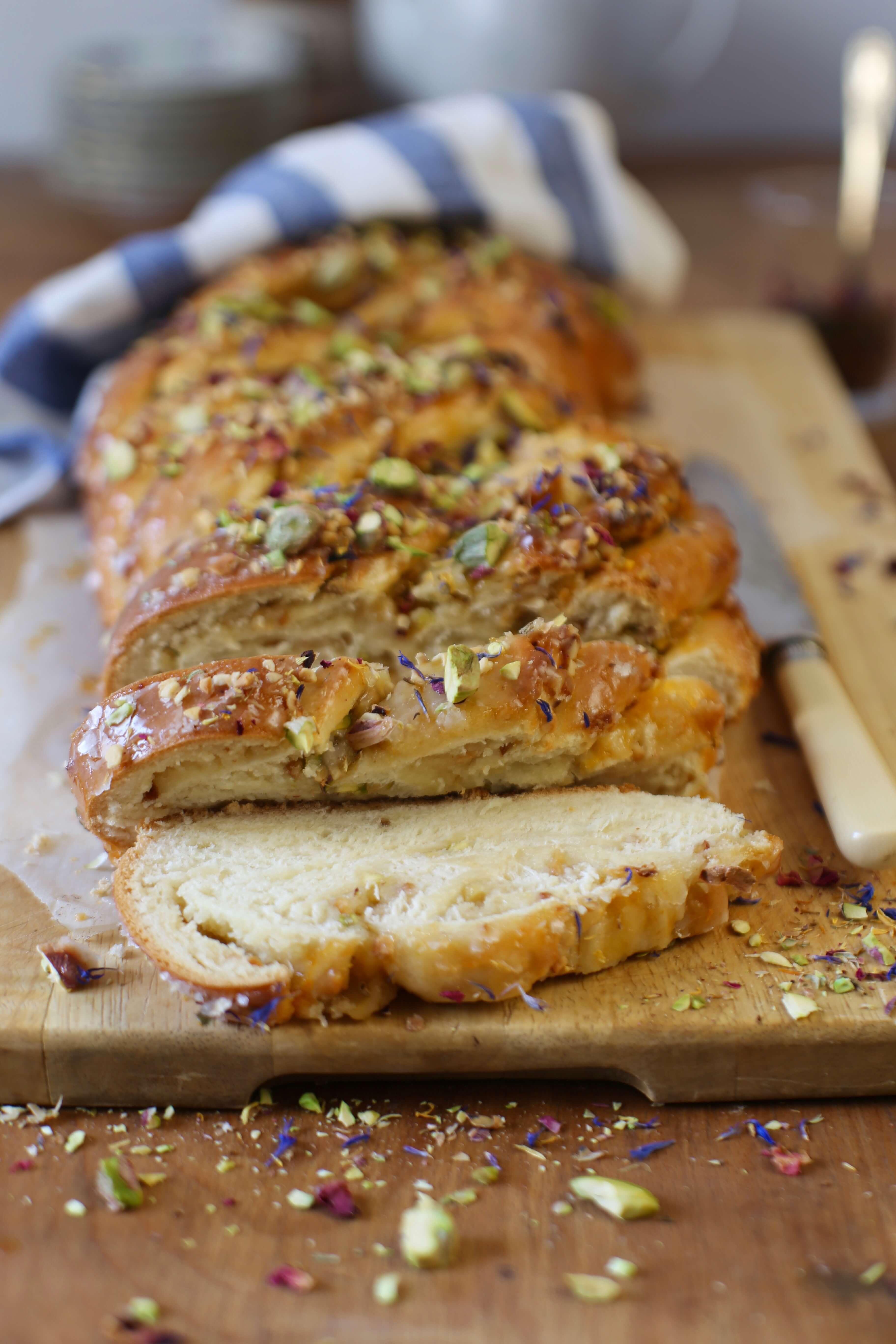 Köstlicher Osterzopf mit Marzipan, Nüssen & Pistazien | Rezept nach Tim Mälzer