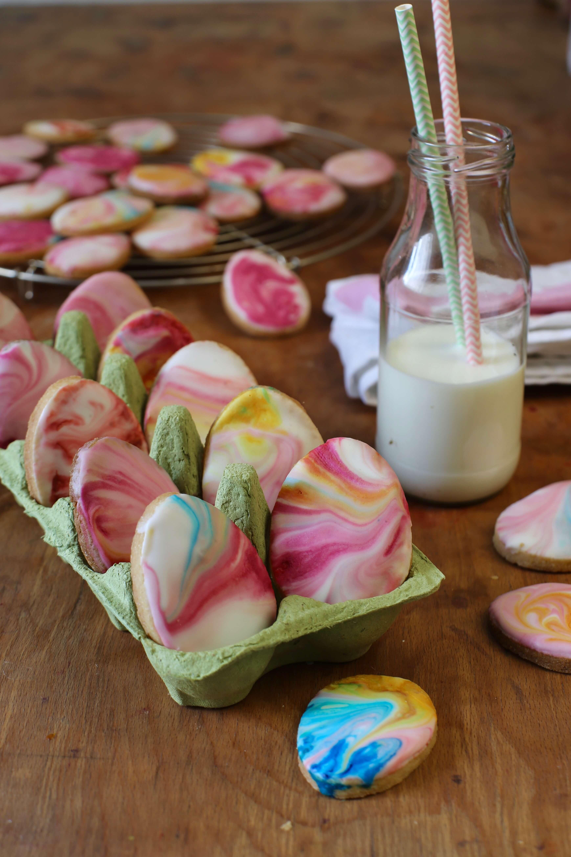 Rezept für bunte Ostereier-Kekse mit Marmorglasur
