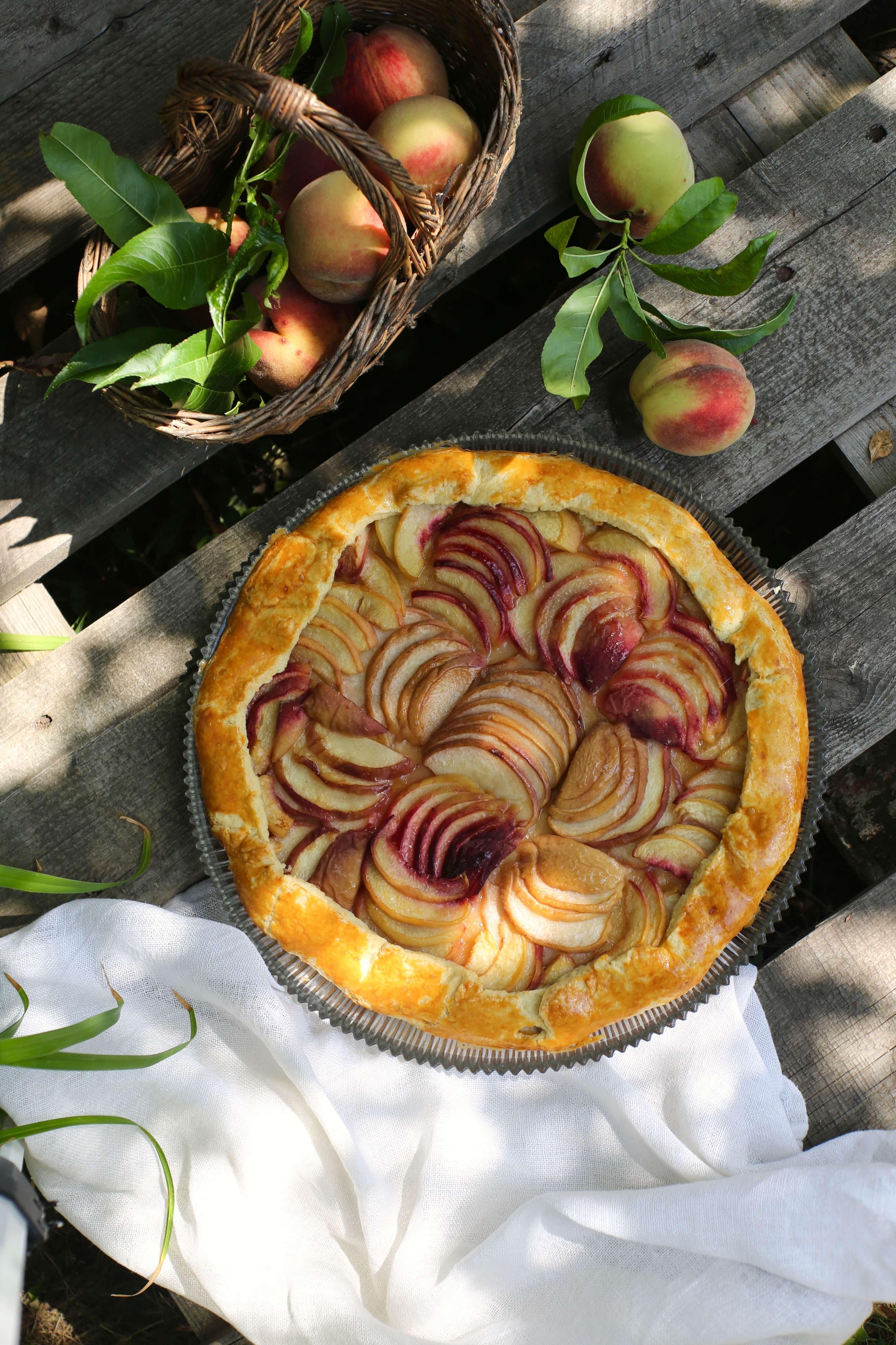Rezept für eine Pfirsich Galette mit weißen Pfirsichen
