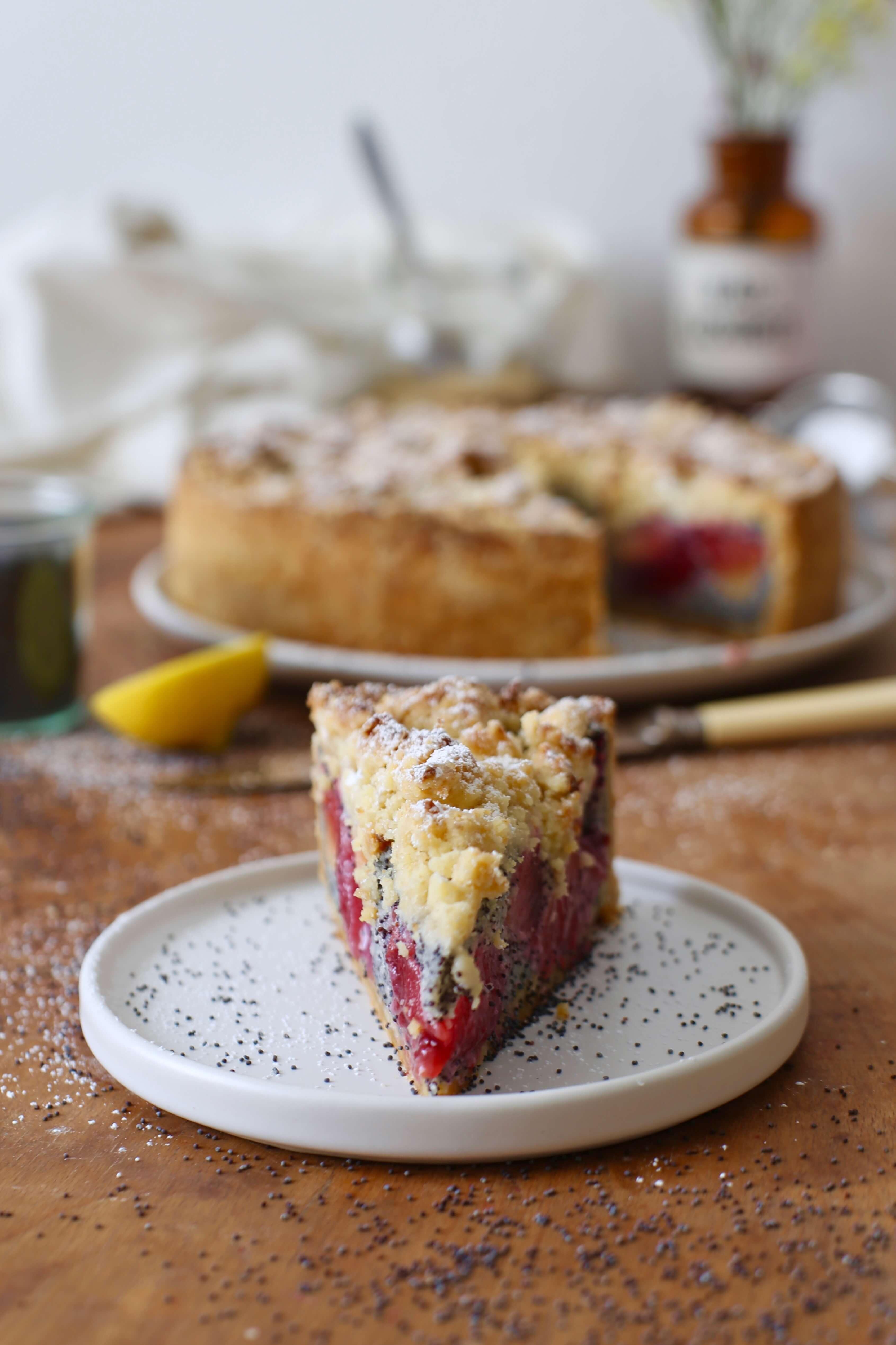 Mohn-Pflaumen-Kuchen mit Marzipanstreuseln | Rezept