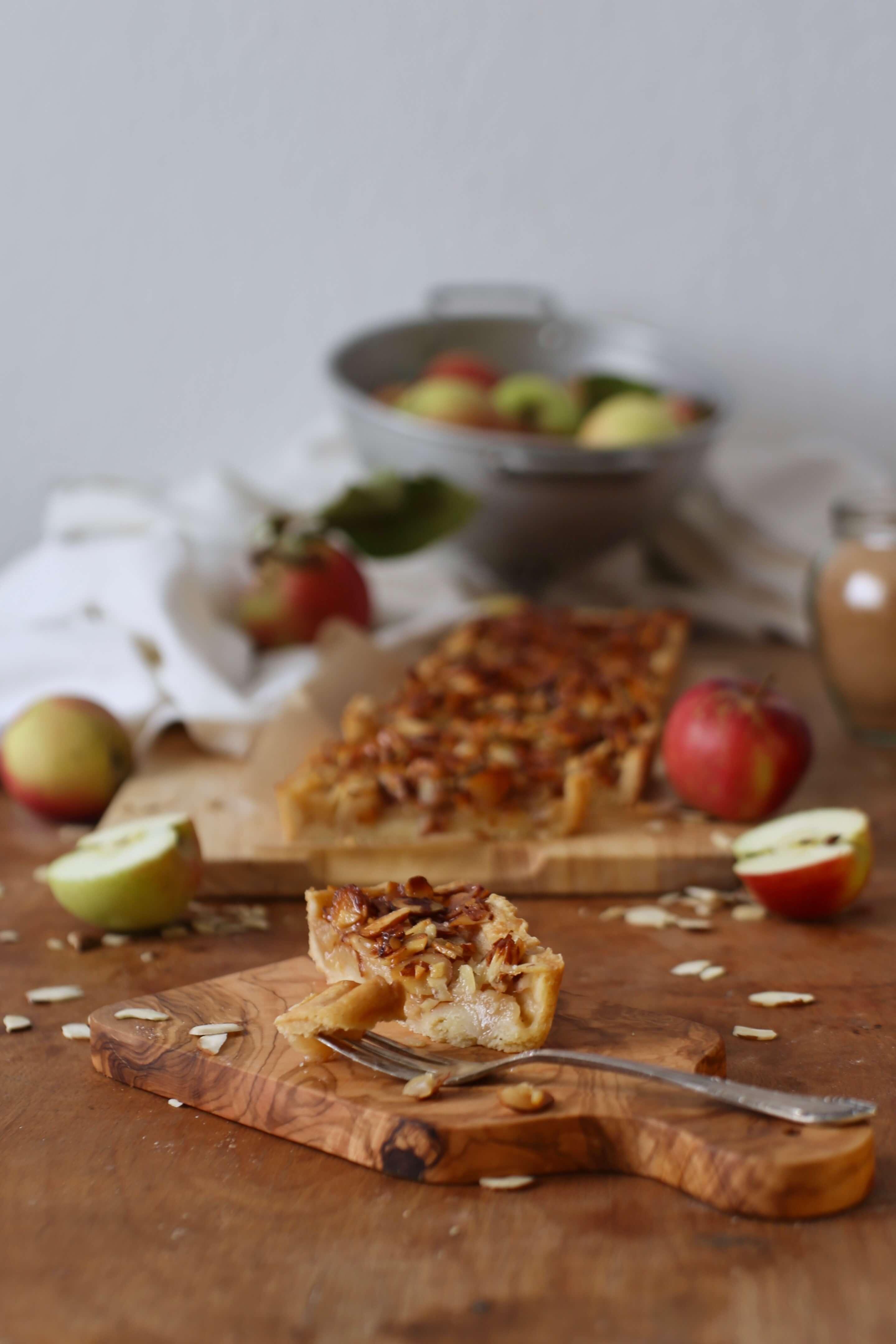 Herbstliche Apfeltarte mit karamellisierten Mandeln | Rezept