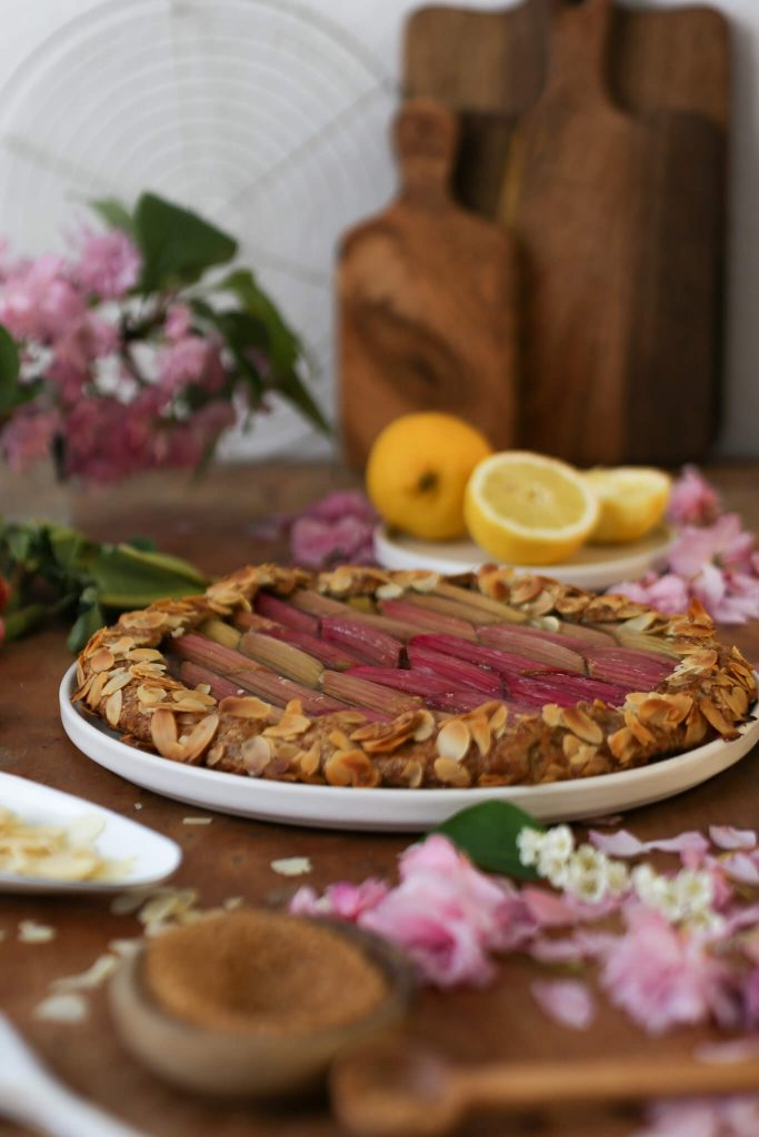Rhabarber Galette ohne Weizenmehl und raffinierten Zucker | Rezept
