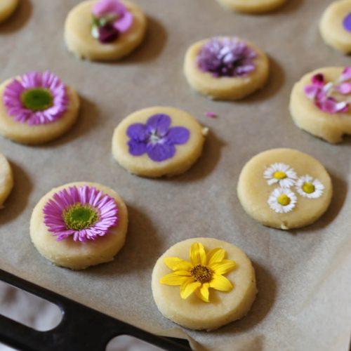 Butterplätzchen mit essbaren Blüten | Rezept