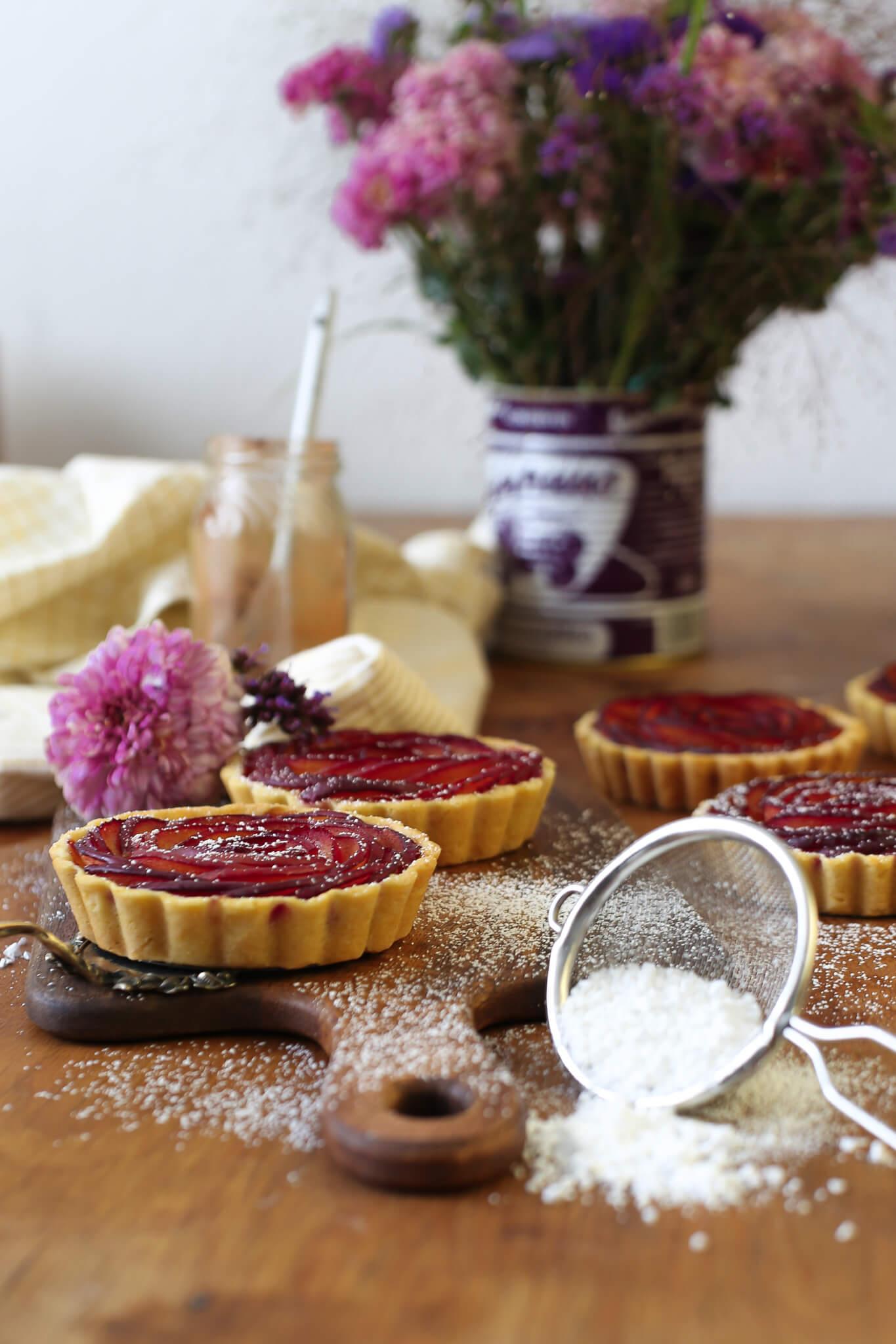 Pflaumen-Tartelettes mit Zimt-Frangipane | Rezept