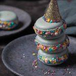 Bunte Karnevals Macarons mit weißer Ganache & Himbeercurd   Rezept