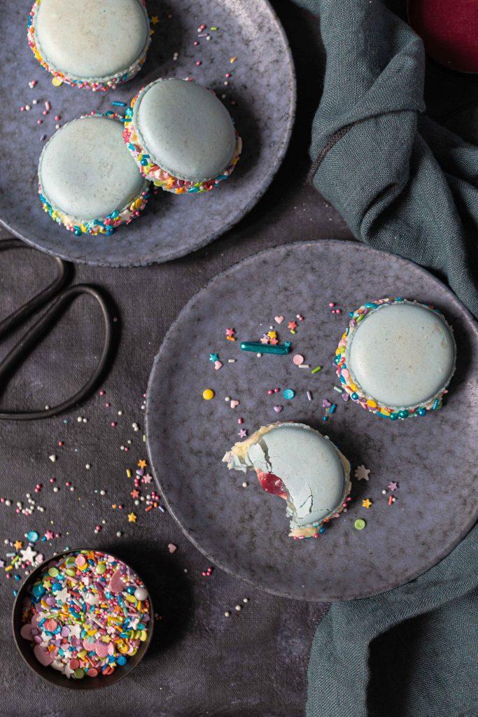 Bunte Karnevals Macarons mit weißer Ganache & Himbeercurd | Rezept