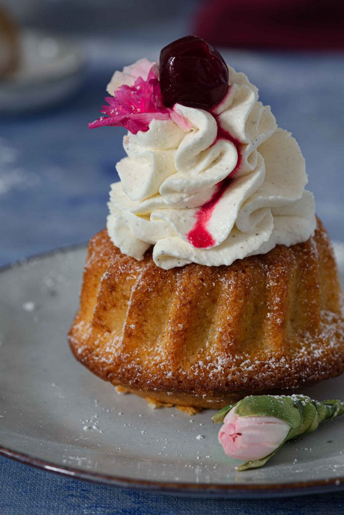 Mini Gugelhupf mit Vanillecreme & Tonka-Kirschen | Rezept