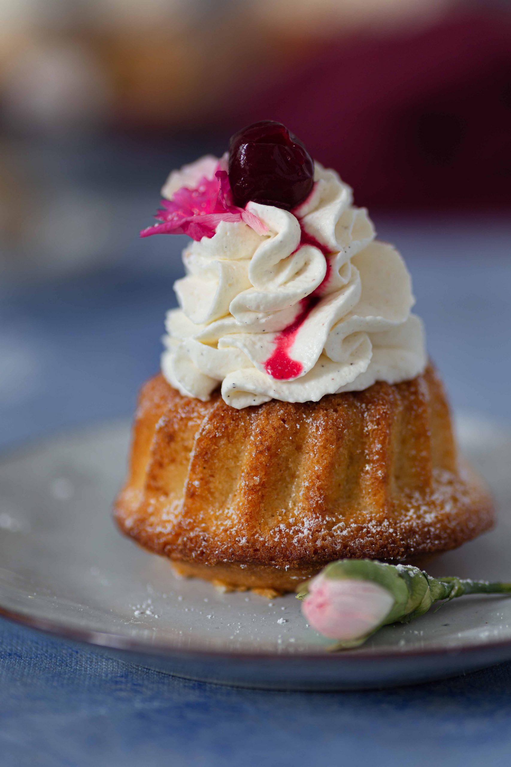 Mini Gugelhupf mit Vanillecreme & Tonka-Kirschen   Rezept