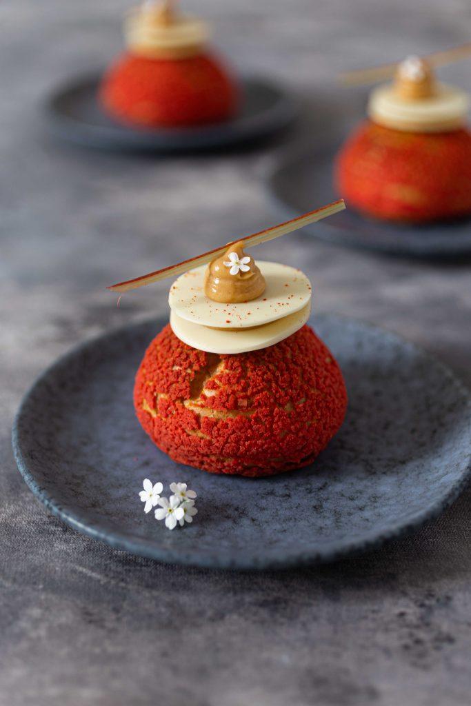 Choux au Craquelin mit Rhabarberkompott & einer Cremeux aus karamellisierter weißer Schokolade | Rezept