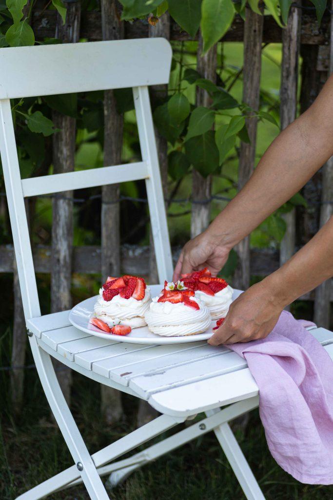Mini Pavlovas mit Erdbeeren & Lemon Curd   Rezept