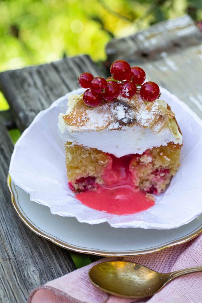 Johannisbeer-Cupcakes mit Mandelbaiser & flüssigem Kern | Rezept