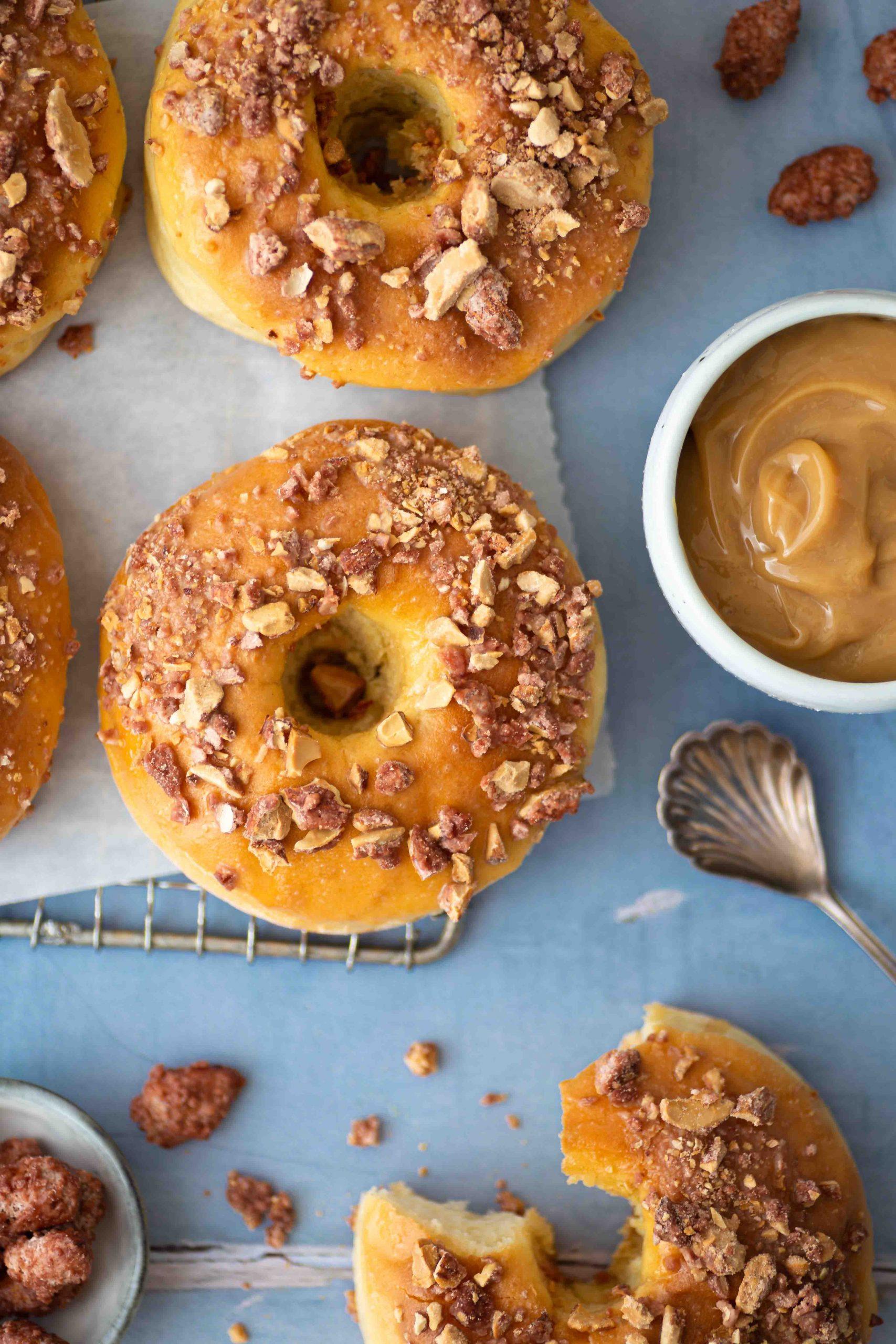 Ofen-Donuts mit Dulce de Leche Glasur und gebrannten Mandeln | Rezept