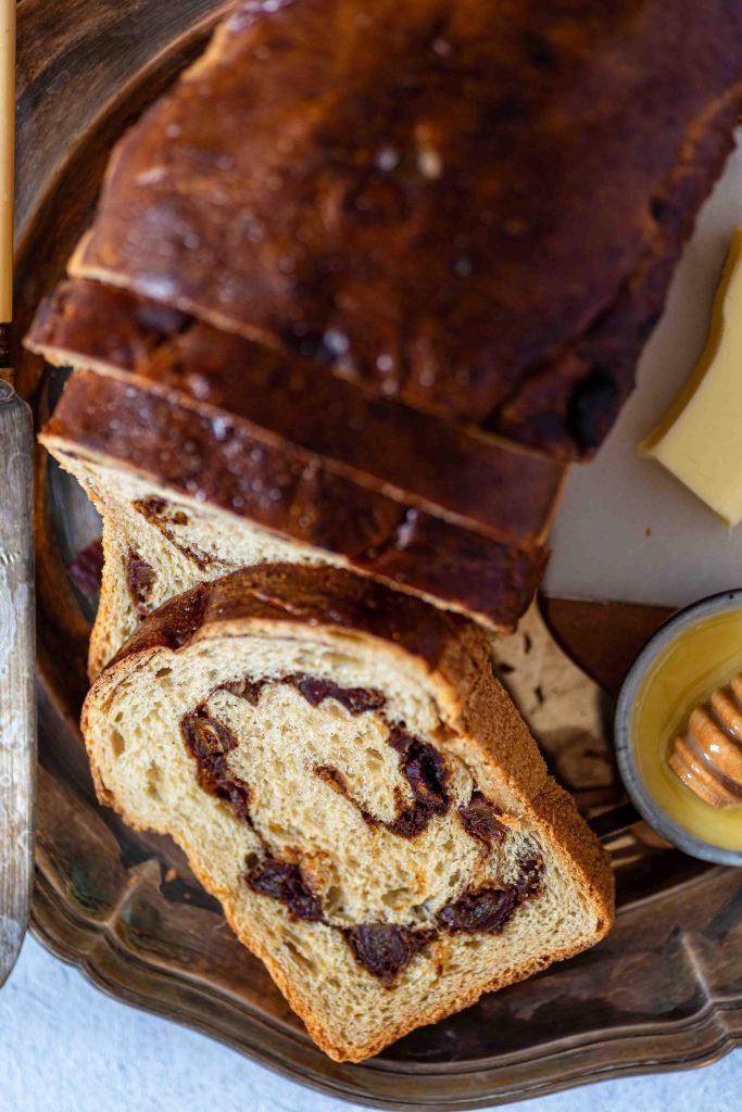 Süßes Sauerteigbrot mit Dattel-Zimt-Swirl | Rezept