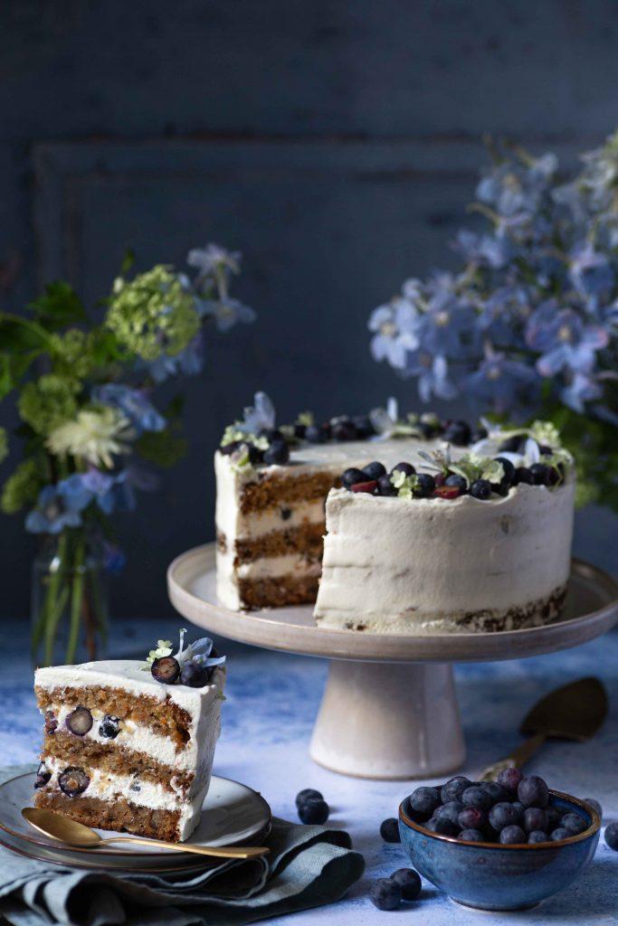 Carrot Cake mit Blaubeeren | Rezept