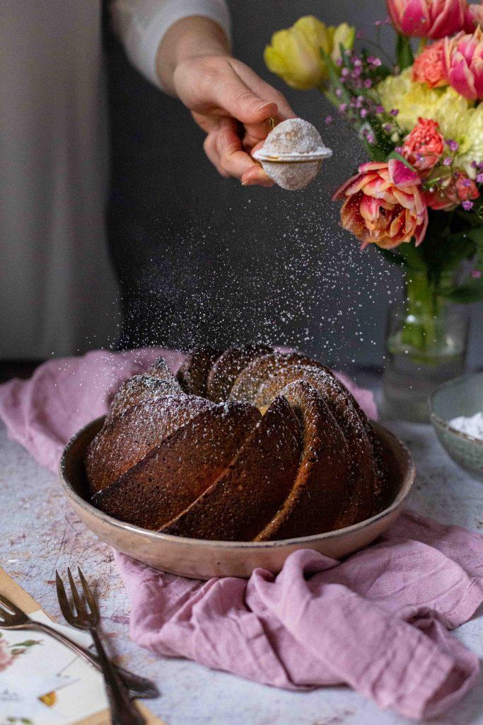 Eierlikör Gugelhupf mit Mohn & Sauerkirschen | Rezept