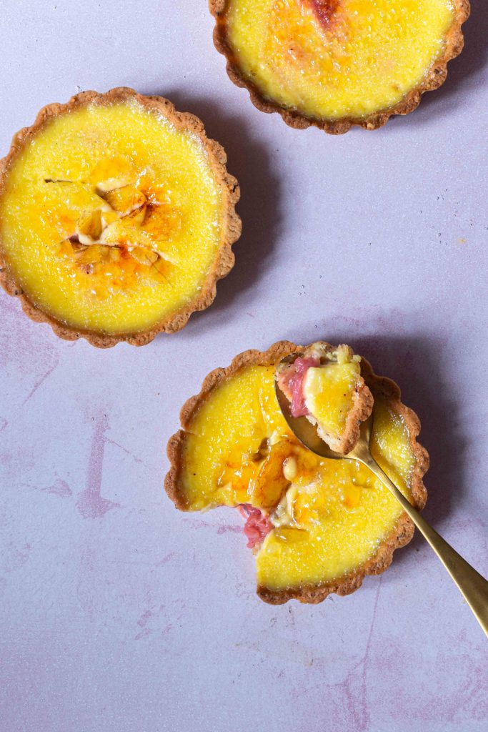 Crème Brûlée-Tartelettes mit Rhabarber | Rezept