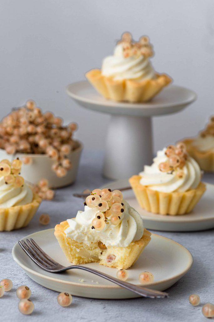 Cheesecake-Törtchen mit weißen Johannisbeeren | Rezept