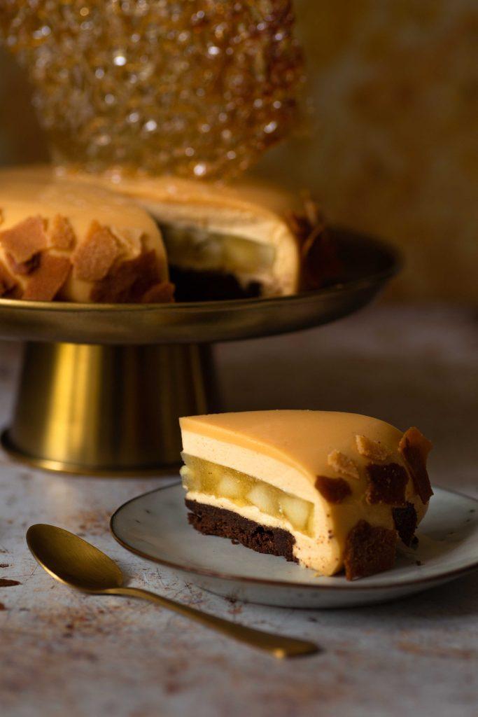 Karamell-Mousse-Torte mit Apfelfüllung & Brownieboden | Rezept